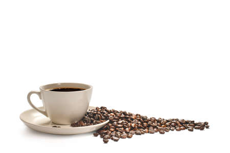 Cup of coffee and coffee beans isolated on white background Foto de archivo