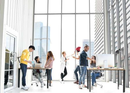 Grupo de empresarios discutiendo el trabajo en la oficina.