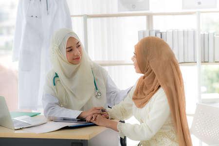Paciente mujer musulmana tras consulta con doctora musulmana en clínica