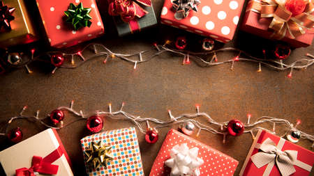 Christmas decoration light and gift boxes on wooden background top view with copy space for frames, presents, and festive Christmas decoration Banque d'images - 156600033