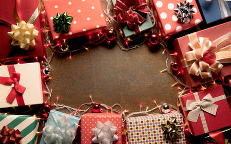 Christmas decoration light and gift boxes on wooden background top view with copy space for frames, presents, and festive Christmas decoration Banque d'images - 156599414