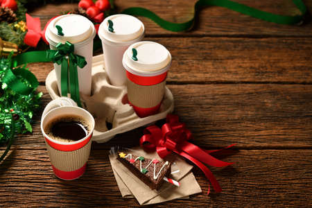 A cup of coffee with Christmas decorations on an old wooden table Banque d'images