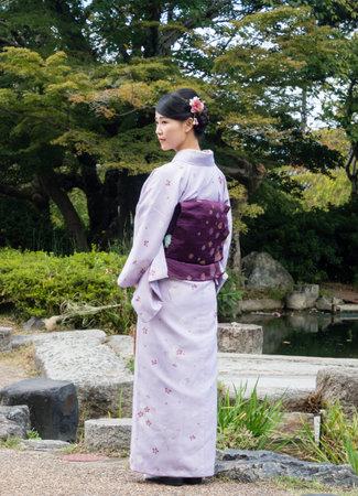 円山公園のカラフルな着物に身を包んだ京都 - 2015 年 9 月 30 日: 少女