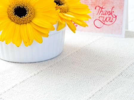 gratefulness: flores de crisantemo amarillo con nota de agradecimiento