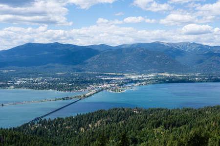 湖 Pend Oreille、サンド ポイント、アイダホ州、山の頂上からの市街の眺め
