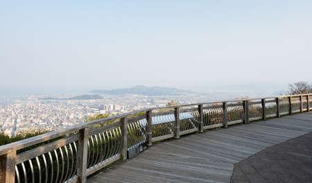 Mirador de observación en la cima del monte Bizan con vistas panorámicas de la ciudad de Tokushima - prefectura de Tokushima, Japón
