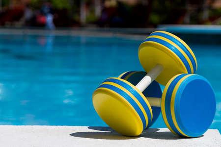 gimnasia aerobica: Dos pesas de pl�stico para los aer�bicos de agua Foto de archivo