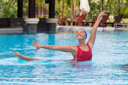 aqua aerobics. Synchronized vrouwelijke zwemmer uitrekken zich bij het zwembad Stockfoto