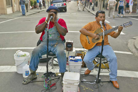 2 人のミュージシャンをフレンチ クォーター ニユー ・ オーリンズ、ルイジアナ州のバーボン ・ ストリートの近くの通りに実行します。