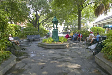orleans parish: People sitting on benches in French Quarter of New Orleans, Louisiana