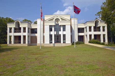 Front of the Jefferson Davis Presidential Library in Biloxi, MS 新聞圖片