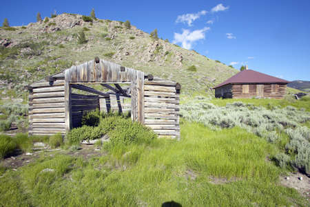 western usa: Deserted old prairie log cabin in Centennial Valley near Lakeview, MT Stock Photo