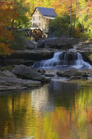 grist: Glade Creek Grist Mil e riflessi d'autunno e d'acqua caduta in Babcock State Park, Virginia Occidentale Archivio Fotografico