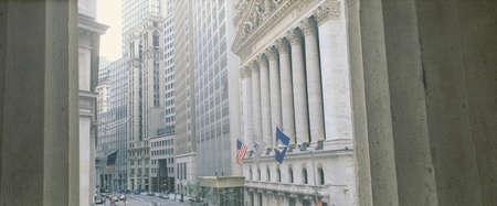 new york stock exchange: Questa � una vista guardando all'esterno della Borsa di New York a Wall Street. Si � incorniciato da due colonne bianche.