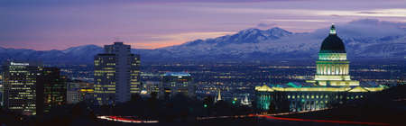 이 주 의사당, 그레이트 솔트 호수와 눈 덮인와 사치 산맥 일몰입니다. 그것은 2002 년의 겨울 올림픽 도시가 될 것입니다.