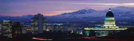 Dit is het State Capitol, Great Salt Lake en besneeuwde Bergen Wasatch bij zonsondergang. Het zal de winter Olympische stad voor het jaar 2002 zijn.
