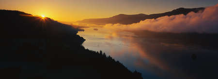 This is Cape Horn on the Columbia River Gorge at sunrise. There is a morning mist over the river. 版權商用圖片