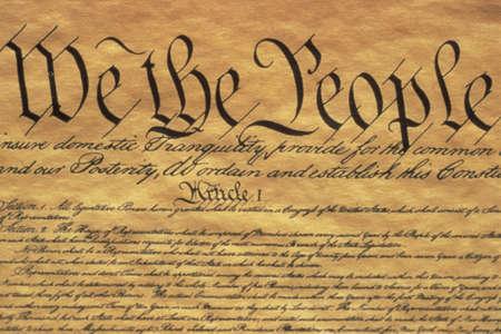 이것은 미국 헌법 전문 서입니다. We The People이라는 문구로 시작하여 헌법 문서 왼쪽 상단 모서리에있는 글 중 일부만 보여줍니다. 양피지에 적혀 있는 에디토리얼