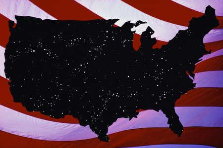 autonomia: Este es un mapa de los Estados Unidos siluetas en negro con puntos de luz que salpican el mapa. Cuenta con rayas rojas y blancas de la bandera americana como el fondo. Foto de archivo