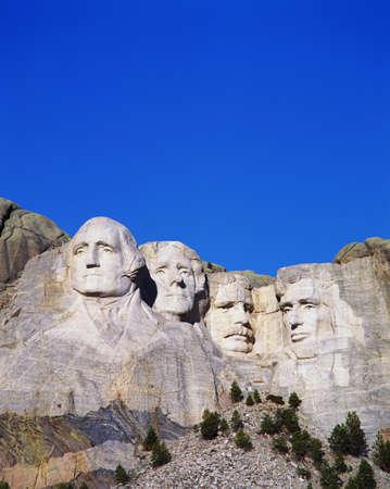 george washington: Esta es una imagen vertical de Mount Rushmore Monumento Nacional que muestra los cuatro rostros de George Washington, Thomas Jefferson, Theodore Roosevelt y Abraham Lincoln.