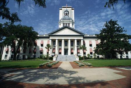 これは州議会議事堂の建物です。ファサードを保持大きな列とそれに至るまで大きなコンクリートの階段があります。