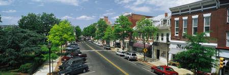 main street: Questa � la sponda orientale del Maryland. Si caratterizza cittadina America o Main Street USA. Vediamo vetrine su una strada fiancheggiata albero. Ci sono macchine parcheggiate davanti ai negozi su entrambi i lati della strada. Editoriali