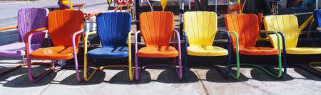 これは複数の色の金属の芝生の椅子のクローズ アップです。彼らは屋外ルート 66 に位置します。 写真素材 - 20474785