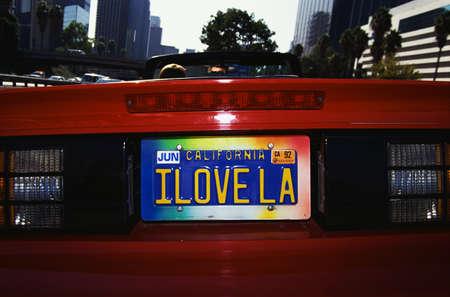 Dit is nog een ijdelheid kenteken dat zegt: Ik houd van LA. Het is op een rode cabriolet sportwagen.