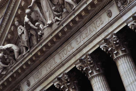 bolsa de valores: Este es el exterior de la Bolsa de Valores de Nueva York en Wall Street. Editorial