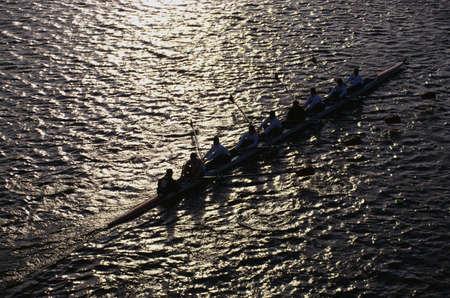 これはチャールズ レガッタの頭部です。有名な秋のボート イベントです。それは、漕手が出展したチームワークを示しています。漕手はシルエット 写真素材