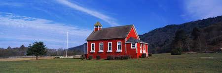 이 돌 라군 스쿨 하우스입니다. 그것은 한 방에 학교 집입니다. 그것은 멀지 않은 오리건 국경에서, 북부 캘리포니아에 위치하고 있습니다.