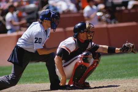 guante de beisbol: Colector del béisbol y árbitro en el partido