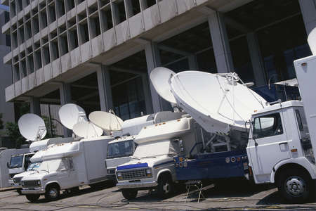 Media news coverage outside of courthouse Imagens