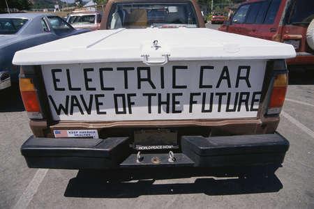 バナー、電気自動車は、将来の波とピックアップ トラックのテールゲート