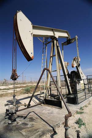 puits de petrole: Jack de pompe � huile bien