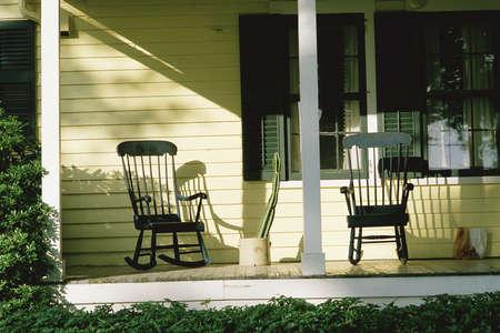 front porch: Delante de la entrada de la casa con mecedoras