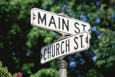 Meld bericht op hoek van Main St. en kerk St. Stockfoto