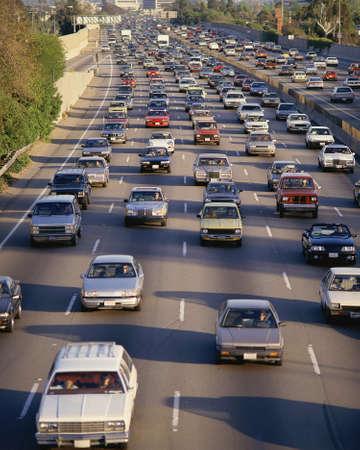 Zwaar verkeer op snelweg Redactioneel