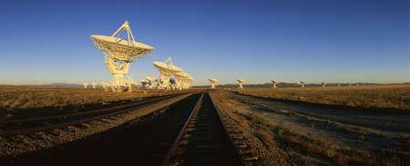 antena parabolica: Platos de matriz  satélite propagan a través del paisaje