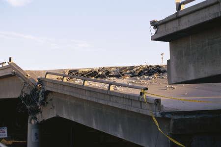 землетрясение: Рухнул мост