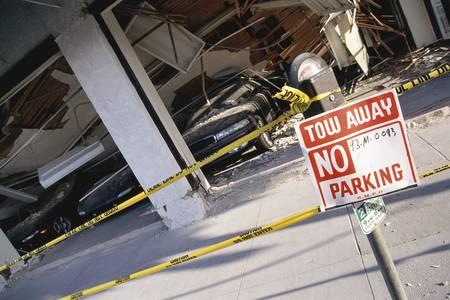 角度のついた: Angled view of collapsed structure 報道画像