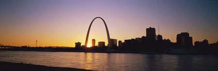 Gateway Arch and St. Louis at dawn 에디토리얼