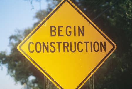 incominciare: Un cartello che recita iniziare la costruzione