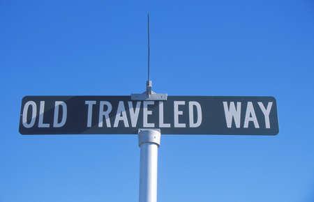 reiste: Ein Zeichen, das Alte liest unterwegs Way Editorial