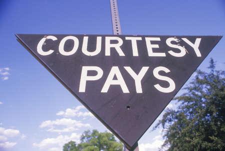courtoisie: A signe qui lit Avec l'aimable autorisation paie