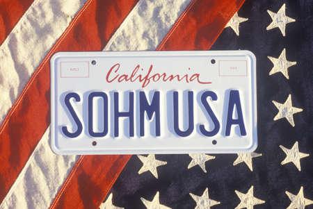 bandiera stati uniti: California License Plate Sohm USA Sdraiato sulla bandiera americana, Stati Uniti