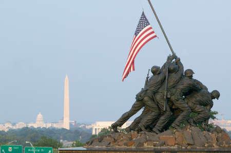 ポトマック川とワシントン d. c. を見下ろすバージニア州ロスリンで国立硫黄島戦争記念碑 報道画像
