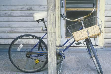 front porch: Estacionado bicicletas en el porche delantero, Cayo Hueso, FL Editorial