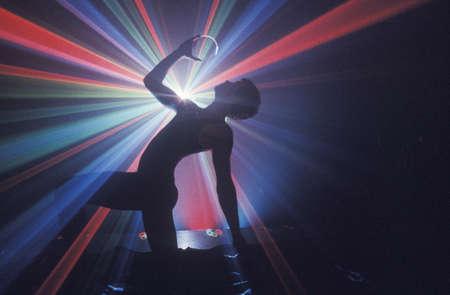Danseur avec des lumières de laser Banque d'images - 20515355