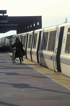 一般に呼ばれる BART、San Francisco ベイエリア高速鉄道列車は次の宛先への通勤者を運ぶ